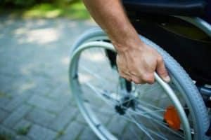 Bild von einem Mann im Rollstuhl, Behinderung Arbeitsrecht, Anwalt Hilden
