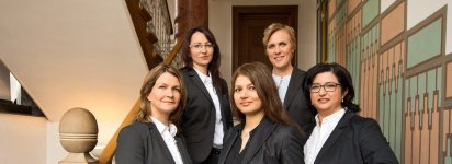 Anwälte von Bösch & Kalagi auf einer Treppe in der Kanzlei
