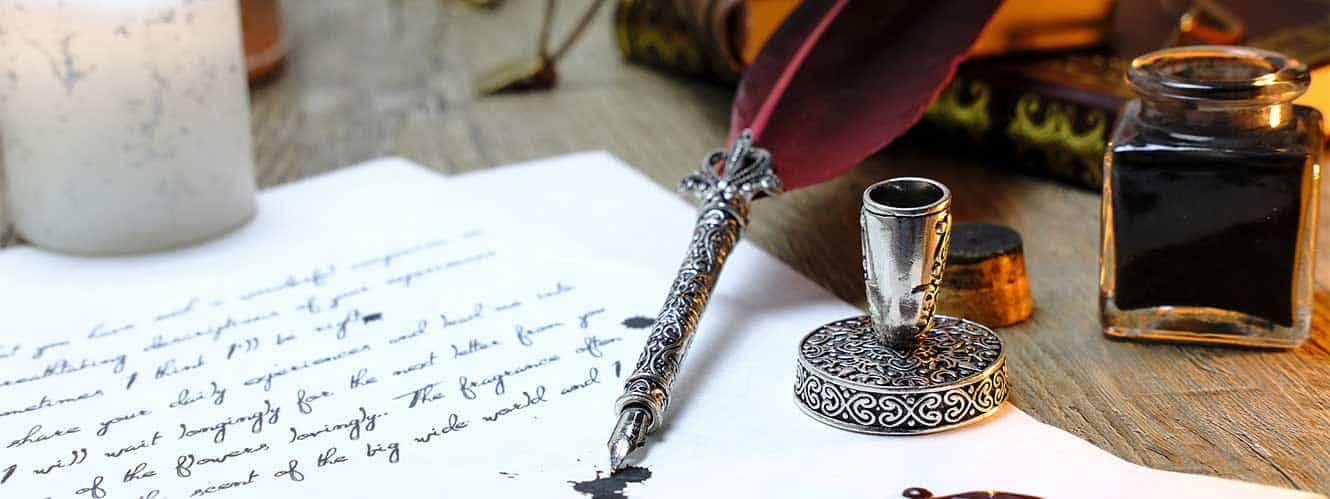 Testament mit Feder und Tinte auf einem Holztisch